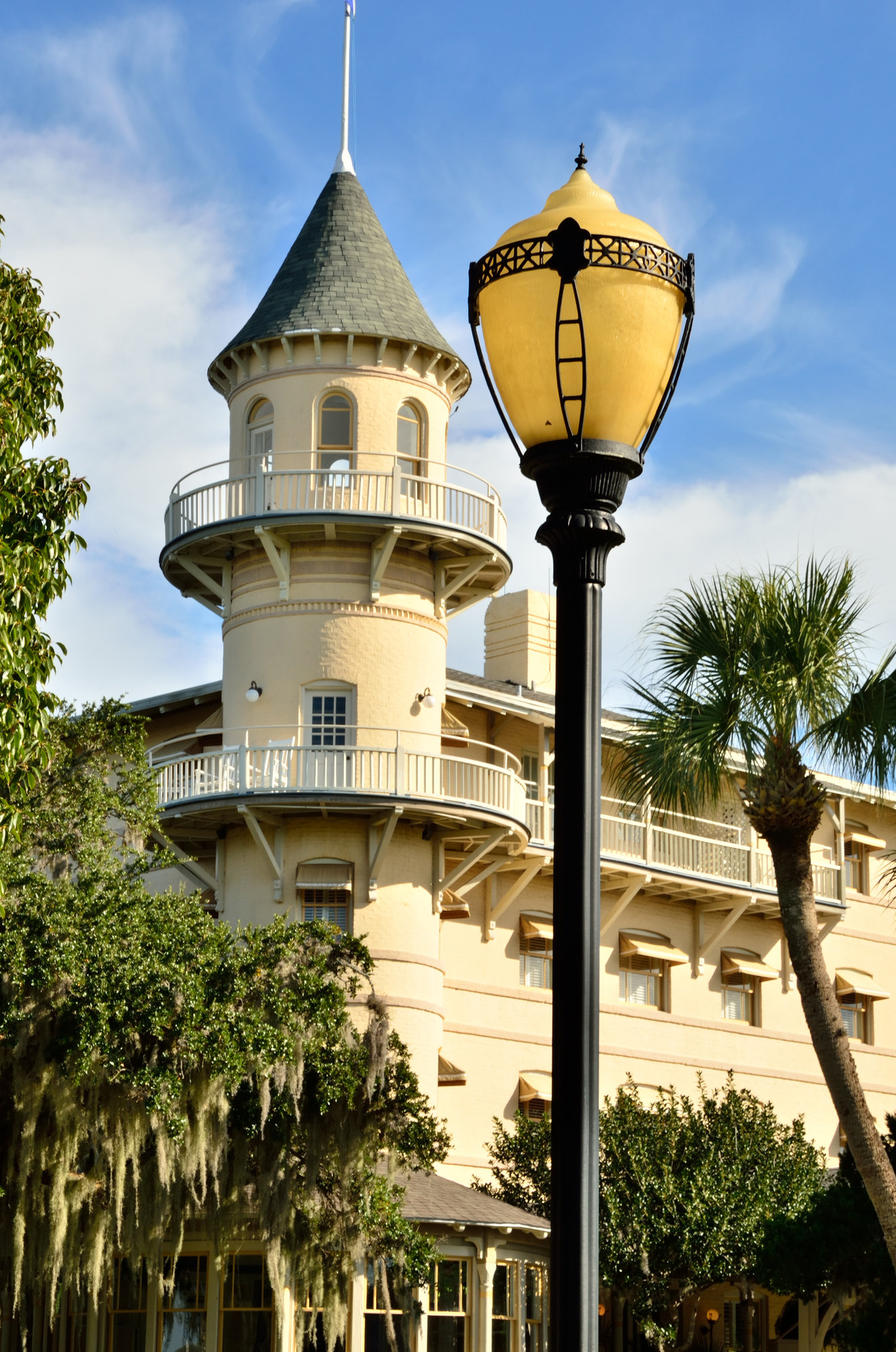 the Jekyll Island club looks like a castle surrounded by green trees