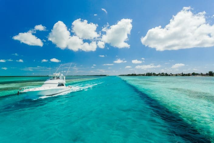 a small yacht in the sea perfect for a boating trip in the Bahamas